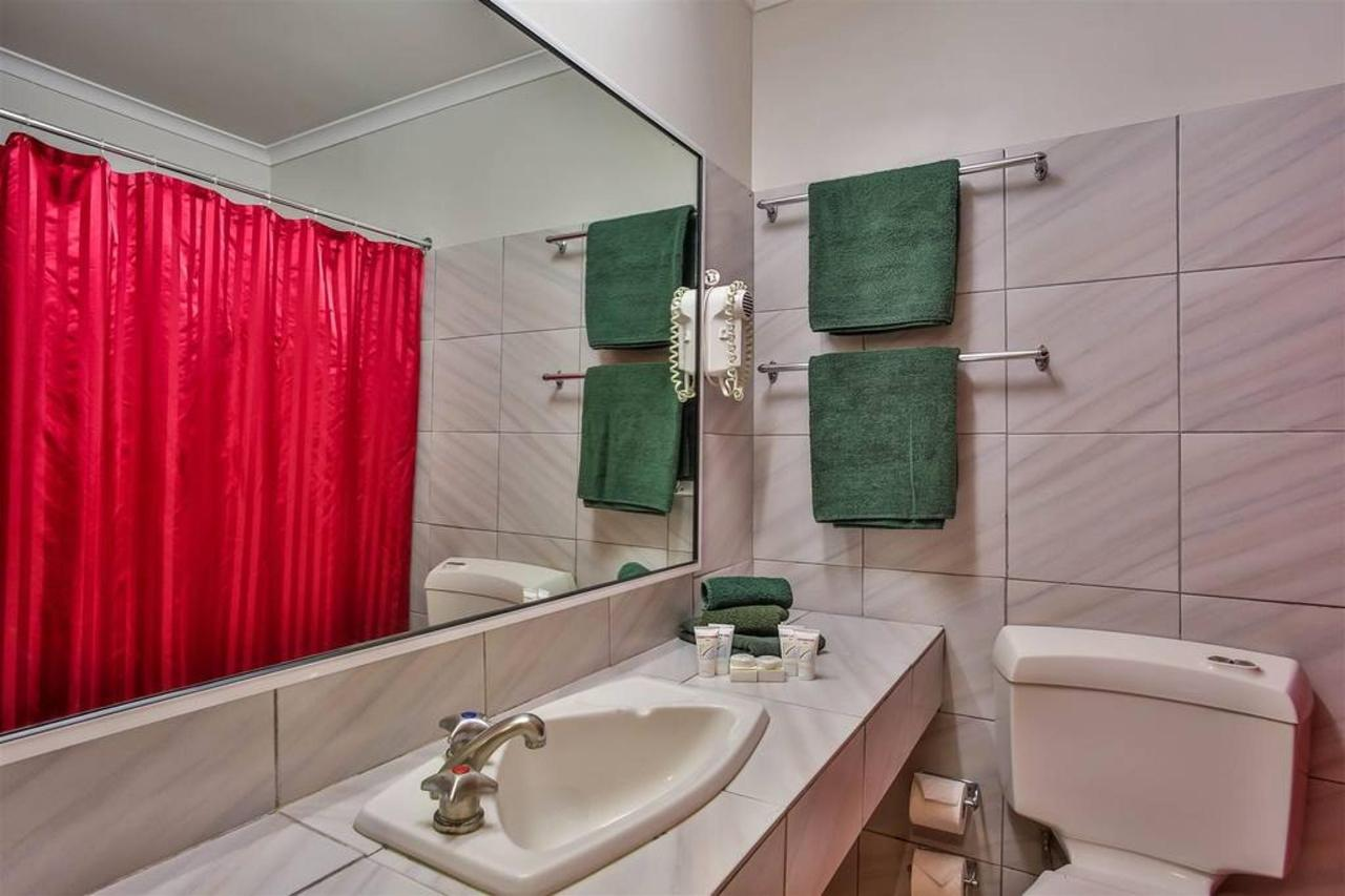 budget bathroom, hotel kununurra